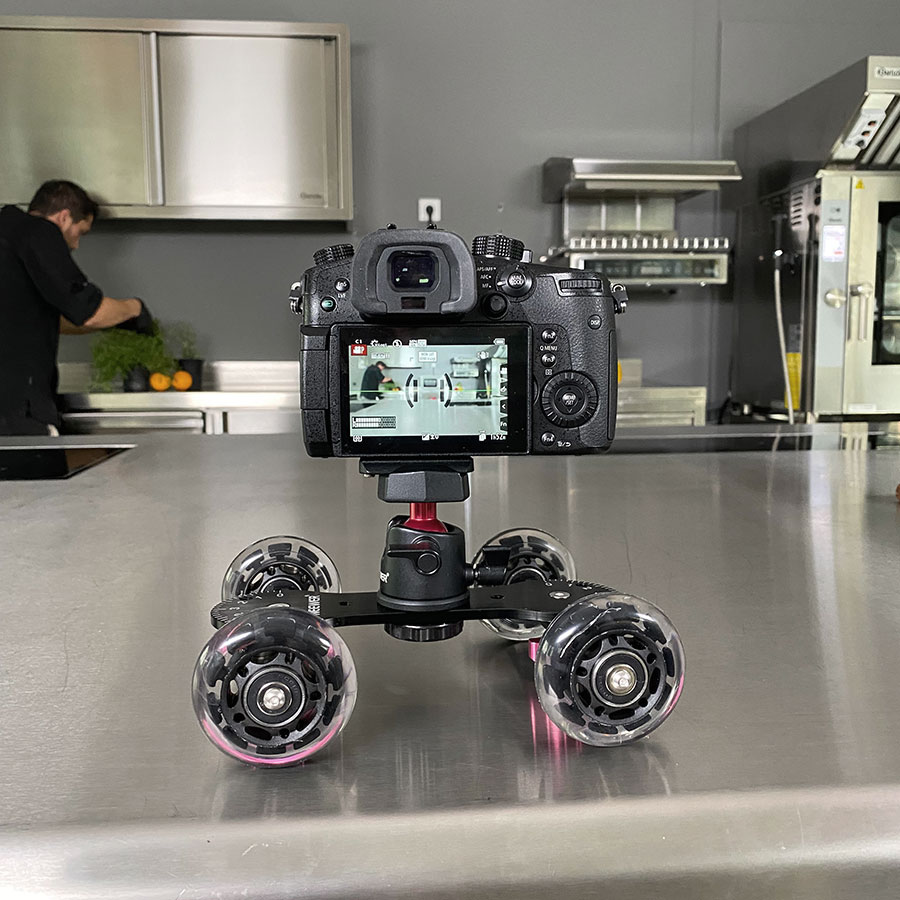 Video-Kamera auf Dolly in einem Showroom für Grossküchen